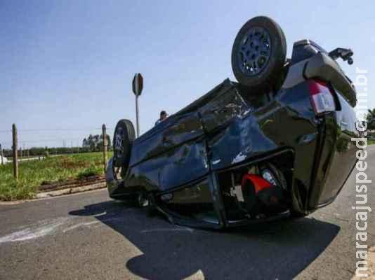 Motorista fica ferida após capotar carro na Vila Sobrinho em Campo Grande