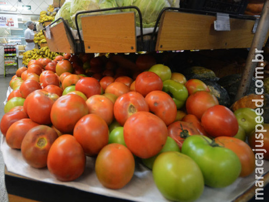 Tomate e banana puxam alta da cesta básica na Capital