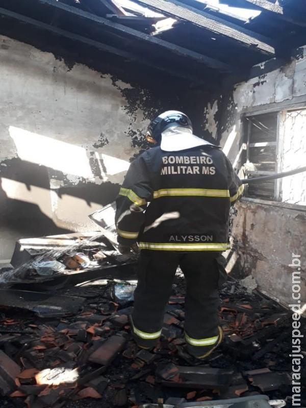 Vizinhos conseguem apagar incêndio em residência de MS, mas fogo destrói telhado e móveis