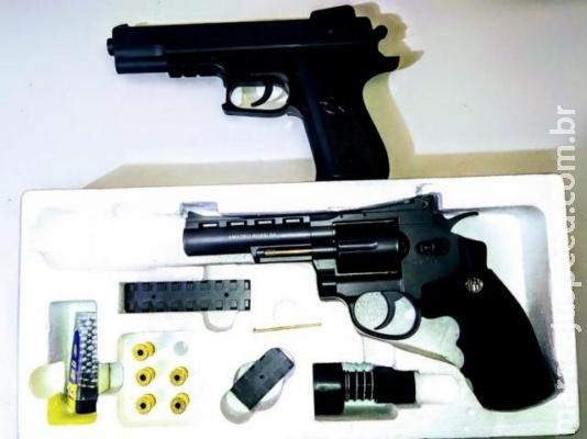 Comerciante se passa por policial e ameaça travesti com armas de brinquedo