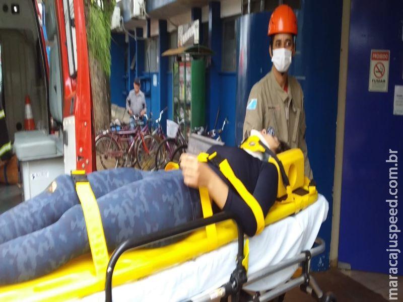 Acidente entre moto e carro deixa jovem inconsciente