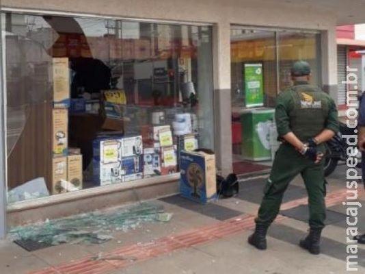 Lojas têm vitrine quebrada e porta pichada depois de Carnaval no Centro