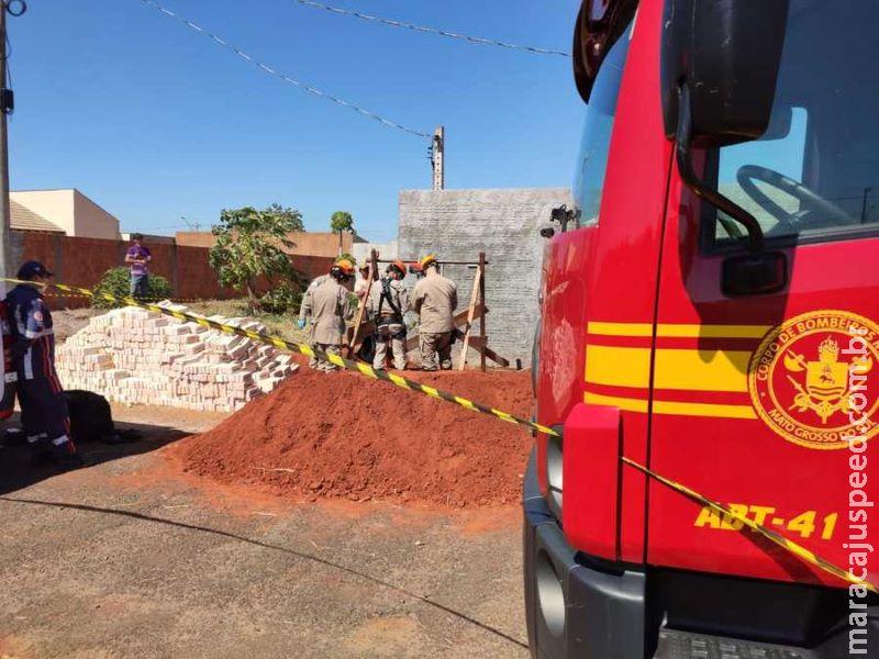Homem que caiu em fossa durante escavação, é socorrido por bombeiros e Samu