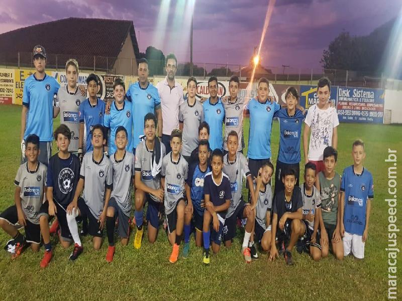 """Maracaju: Projeto de Futebol de categorias de base """"Villa Real"""" recebe uniformes, através de parceria com Prefeitura Municipal e Secretaria de Esportes"""