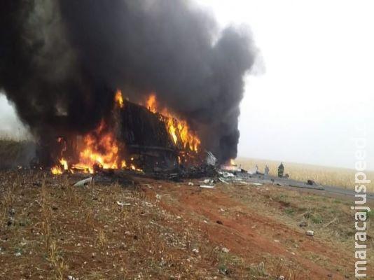 Acidente com três carretas causa explosão e motoristas morrem na MS-306