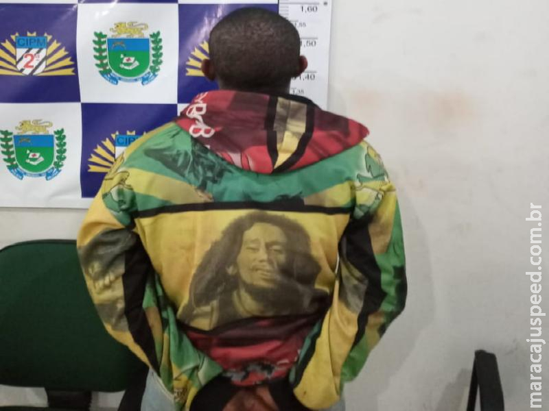 Polícia Militar de Maracaju prende homem em flagrante pelo crime de tráfico de drogas. Autor foi denunciado, após estar vendendo drogas no Parque Ecológico