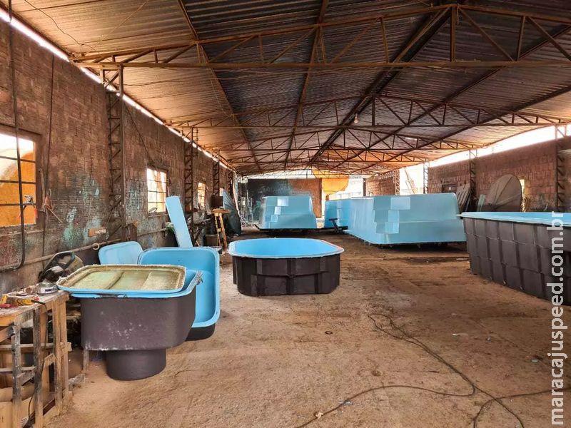 Fábrica ilegal de piscinas e caixas d
