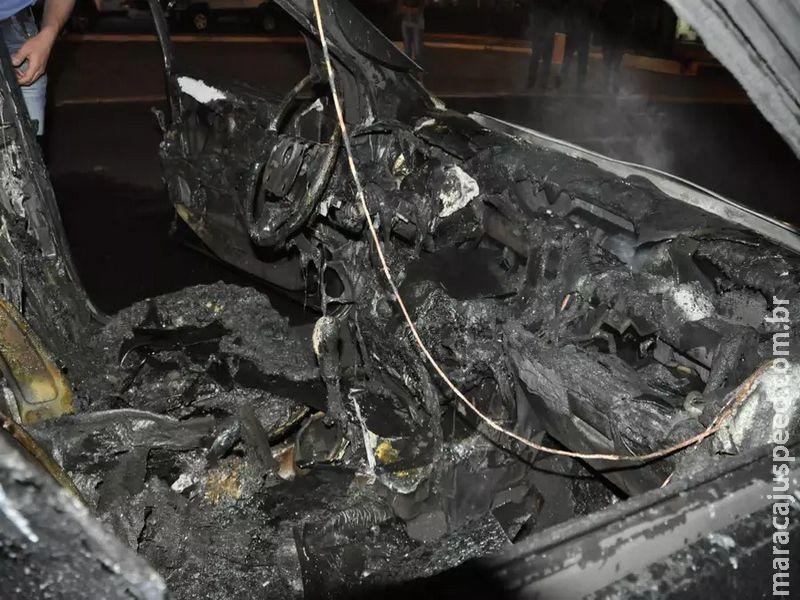 Carro recém saído da garagem é destruído pelo fogo; dono fica desolado