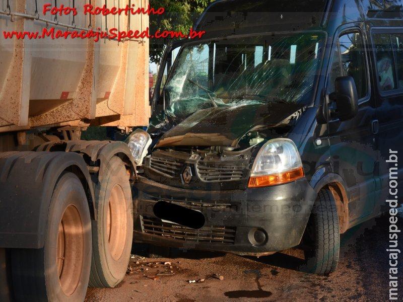 Maracaju: Bombeiros atendem ocorrência de colisão de veículo Van com carreta