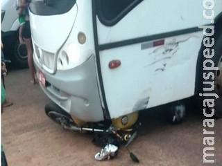 Acidente entre ônibus e moto em cruzamento mata mulher de 40 anos