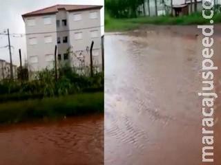 Chuva transforma rua sem asfalto em 'rio' de lama no bairro Tarumã