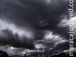 Com alerta laranja para temporais, céu 'carregado' surpreende em Campo Grande
