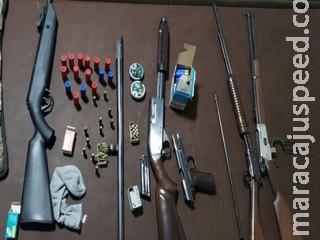 Mulher denuncia marido por agressão e polícia encontra arsenal e munições