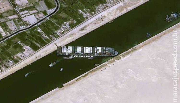 Equipes de resgate apostam em maré alta para desencalhar navio do Canal de Suez