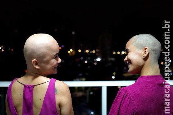 Jovem raspa cabelo para apoiar irmã gêmea diagnosticada com alopecia areata