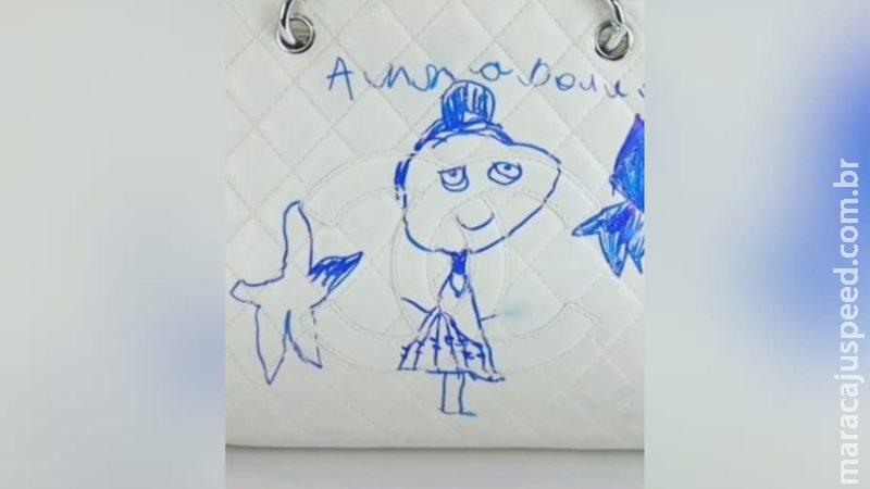 Criança usa caneta para desenhar na bolsa da mãe avaliada em R$ 15 mil