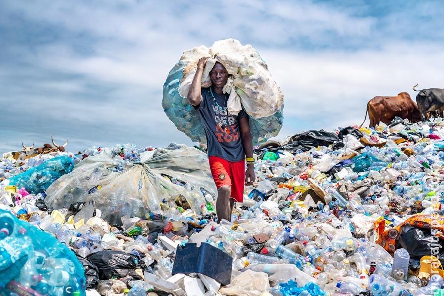 Exposição mostra impacto duradouro da poluição por plástico no planeta