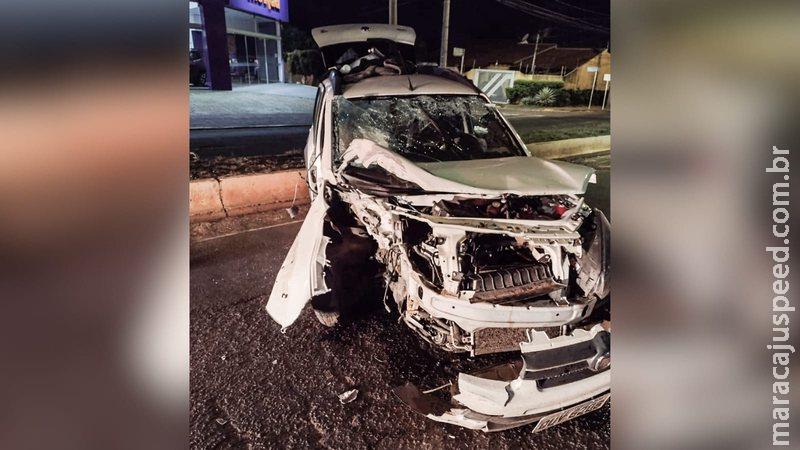 motorista perde controle bate em poste e casal fica preso nas ferragens