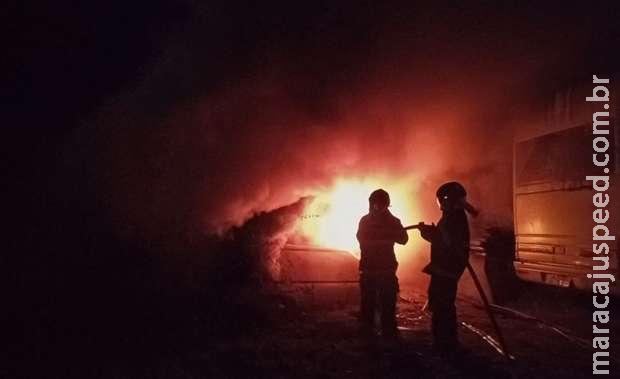 Ônibus estacionado é consumido por fogo em Três Lagoas