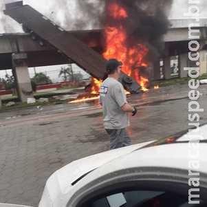 Caminhão despenca de viaduto, pega fogo e explode em SC