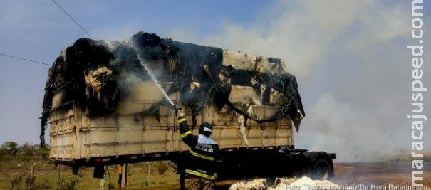 Carreta com carga de algodão pega fogo na MS-395 e carga fica destruída