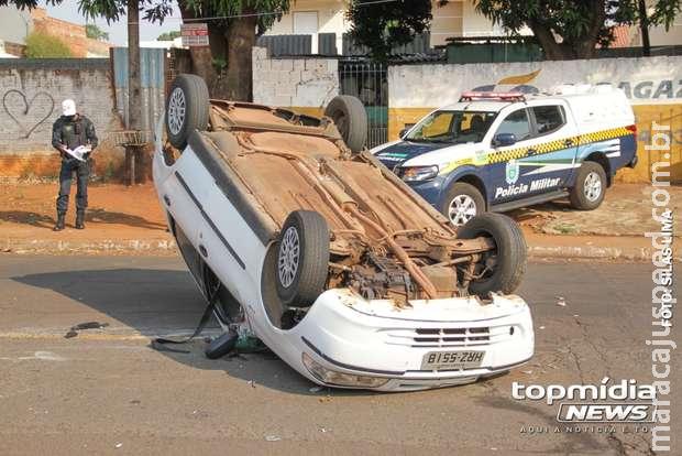 Motorista bate em carro parado e capota na Vila Bandeirante
