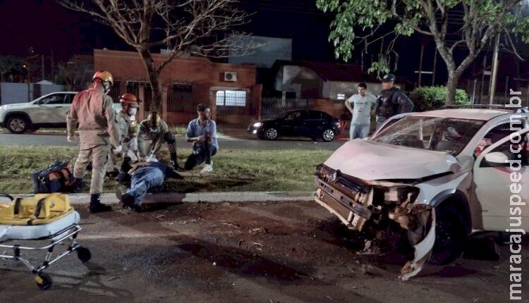 Motorista bêbado perde controle bate em árvore e abandona amigo ferido em canteiro