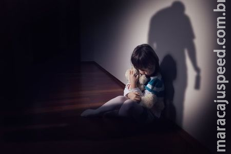 Mulher finge dormir e flagra avô estuprando neta de 9 anos na cozinha de casa